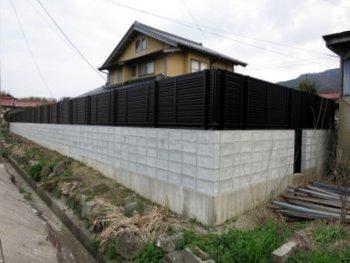 松江 家の周囲を囲うと防犯になるだけでなく家の中にいても人の視線を気にすることがなくなります。全部ブロックにするよりもフェンスとの組み合わせがお勧めです。