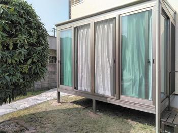 掃き出し窓でお部屋に繋がっているので、出入りがし易いです。窓ガラスはLow-Eのペアガラス・屋根パネルは熱線遮断ポリカを使い室内が暑くならない様にしました。カーテンは当社の「1万円カーテン」を施工し、人目につきにくく作業しやすい環境になりました。